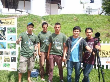 Miembros del club de observación de aves Tanunas