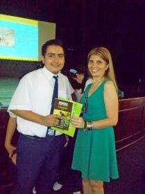 Ejecutiva de Interdeco, entregando un presente a uno de los participantes.